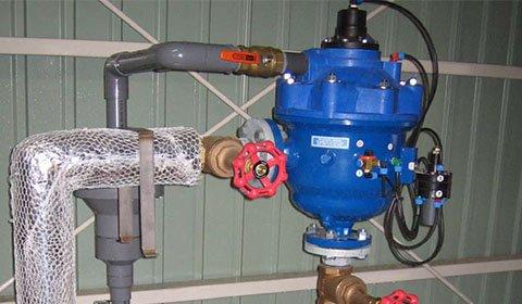 化学工場のプラスチック成型押出冷却ラインに供給される井戸水の砂除去